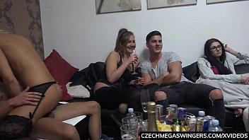 Юные нимфоманки делают желание молодчика о сексапильном групповом сексе