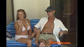 Межрасовый секс блондинки и негра на массаже