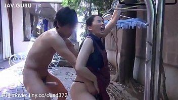 На улице молодая зрелая брюнетка саша кокс занимается страстным знойным трахом