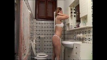 Порно госпожа хлещет раба по яйцам сапогом и сжимает черный пенис