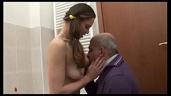 Групповое траха с супругой и любовницей в ванной