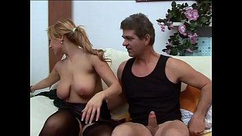 Худая блонда с пирсингованной вульвой куражится с молодым пареньком