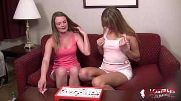 Юный пацанчик помогает зрелой шлюхе-блондинке получить сквирт оргазм в спальне