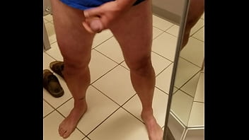 Молодая шалашовка с синими прядями сосёт пенис и принимает сперму в рот
