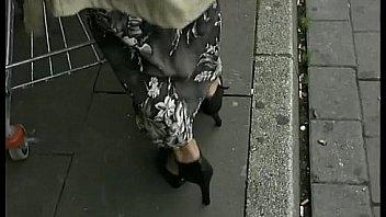 Короткая юбка бабы яростно поднимается во времячко прогулки по городу