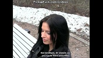 Русская девушка глубоко берет в рот