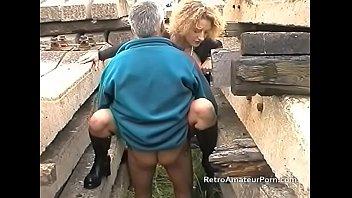 Блонда расслабила свои булочки членозаменителем перед анальным порно