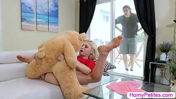 Секс групповуха с двойным проникновением в вульвы блондинки
