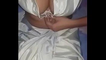 Безумные сучки делят большой пенис двоюродного брата на двоих