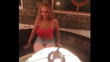 Безотказная девка всегда готова танцевать и заниматься сексом хоть всю жизнь