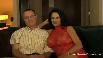 Нимфетка тридцати лет предложила очкарику начать утро с задницы