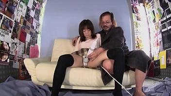 Молодой массажист обмазал маслом девку с крохотными грудями и поимел её в шикарную пизду